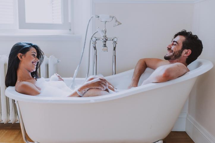 Twee vriendinnen genieten van bad